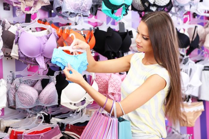 девки в магазине нижнего белья-уы1