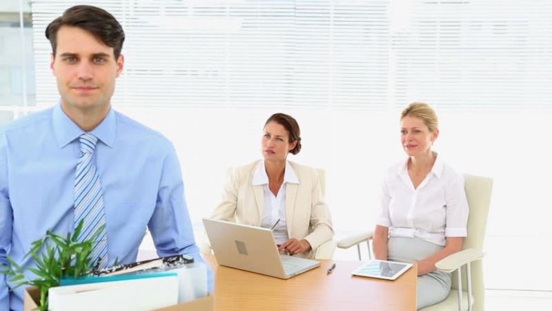 Имеют ли право сократить или уволить мужа, если жена в декрете?